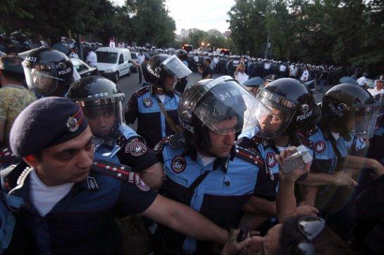 Полиция Еревана поставила перед собой задачу навести порядок на улицах к полуночи