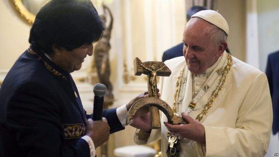 Папа Римский получил интересный подарок - распятие в виде серпа и молота