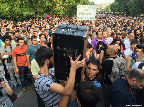 Продолжающим протестовать людям в Ереване отключили колонки