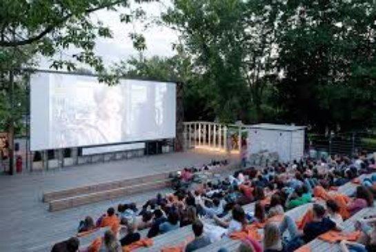 В летнем московском кинотеатре для бездомных покажут советские комедии
