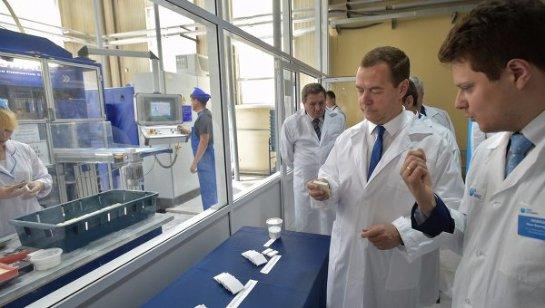 Медведев посетил Новосибирск, чтобы обсудить доступность протезов