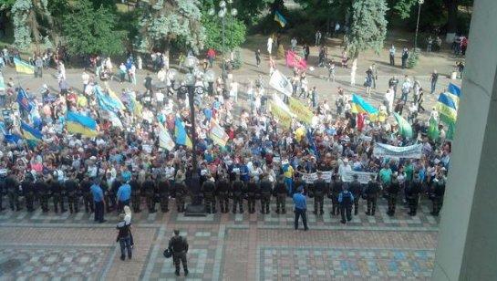 У здания Верховной Рады Украины бессрочные митинги