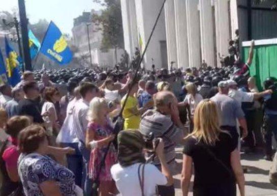 Ирина Фарион также била украинских правоохранителей у здания Верховной рады Украины