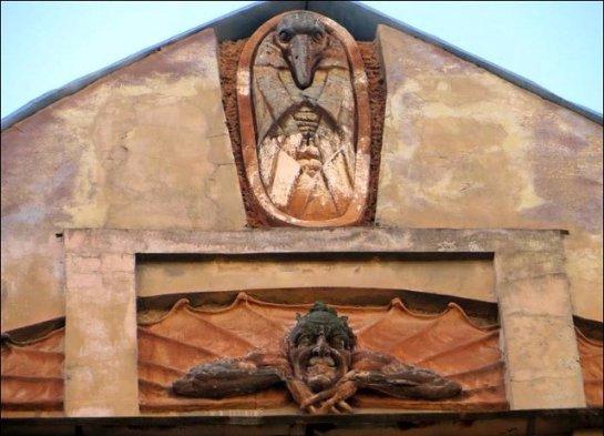 В Петербурге неизвестные уничтожили скульптуру Мефистофеля на историческом здании