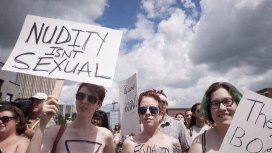 Сотни канадских женщин прошли по городу Ватерлоо топлесс, чтобы выразить свой протест