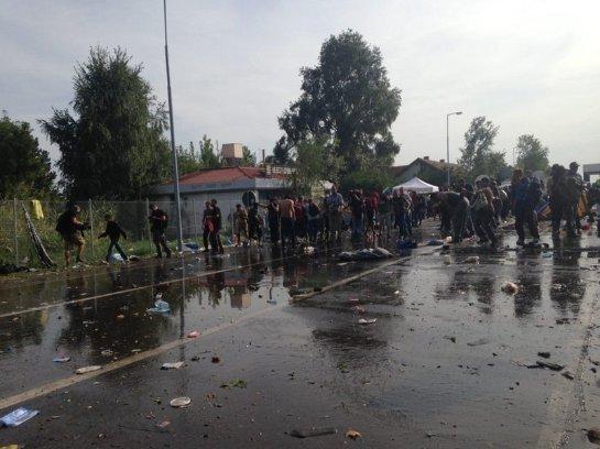 На границе Венгрии и Сербии массовые беспорядки и противостояние беженцев и полиции