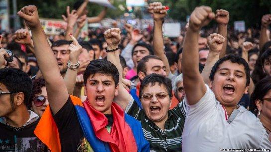 В Ереване снова массовые протесты