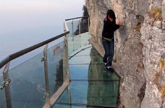 В Китае лопнул стеклянный мост, который был проложен над пропастью