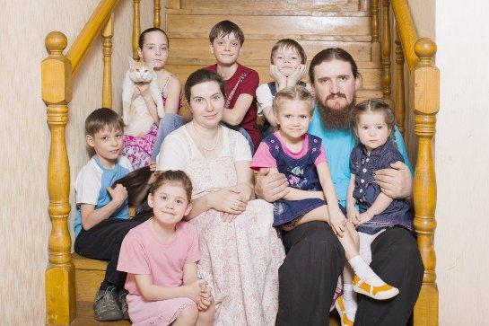 Российским многодетным семьям повысят выплаты