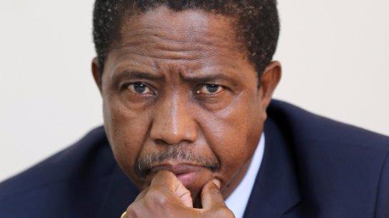 Президент Зимбабве пробует укрепить национальную валюту с помощью молитвы