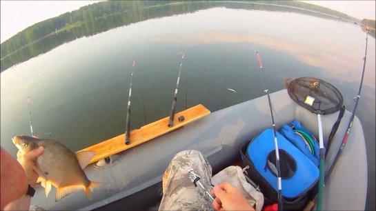 Как ловить на зимнюю удочку с лодки?