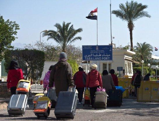 Туристы покидают Египет