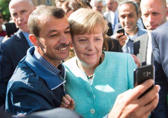 Бывший польский премьер заявил, что в терактах во Франции виновна Ангела Меркель