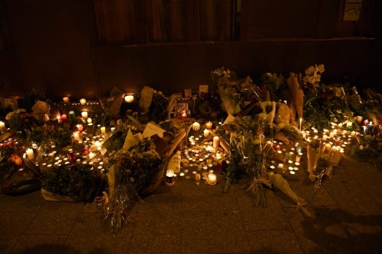 Французы идут с цветами на место терактов, хоть это и запрещено в целях безопасности