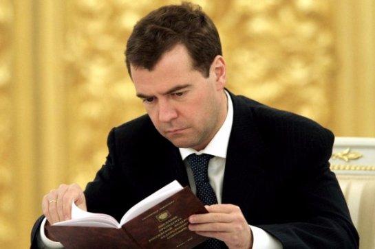 Российский премьер в прямом эфире прочитал отрывок из книги