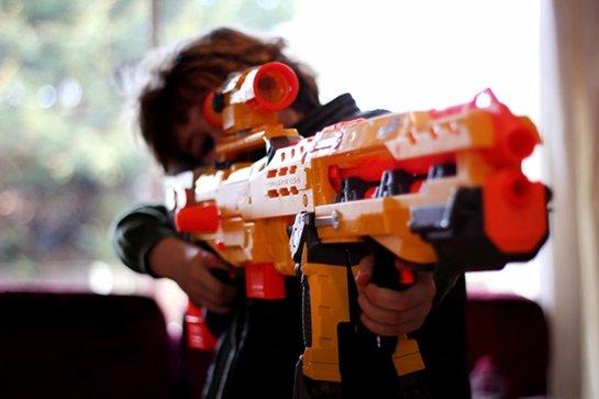» Диснейленд» борется с угрозами путем запрета на продажи игрушечного оружия
