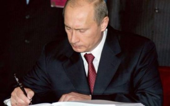 Российские чиновники получили к новому году подарок от Путина