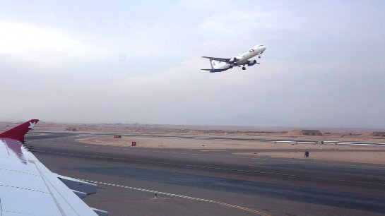 Гражданка Китая пыталась выпрыгнуть из самолета во время полета