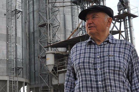 Лужков считает позитивным явлением программу реновации в Москве